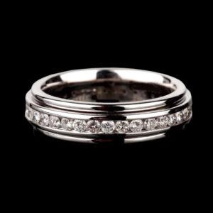 Кольцо обручальное в белом золоте с фианитами