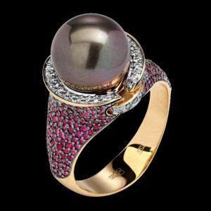 Кольцо в желтом золоте с рубинами бриллиантами и жемчугом