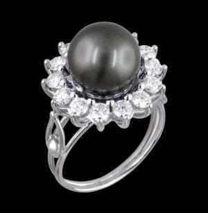 Кольцо в белом золоте с бриллиантами и жемчугом
