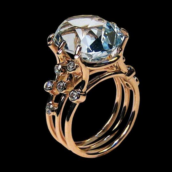 Кольцо в желтом золоте с топазом и фианитами