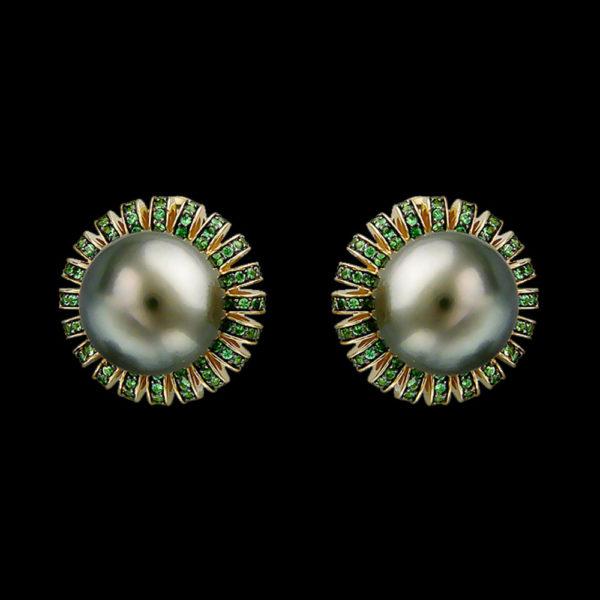 Серьги в желтом золоте с жемчугом тсаворитами и бриллиантами